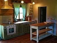 Roubenka Orlické Záhoří stylová kuchyně - chalupa k pronajmutí