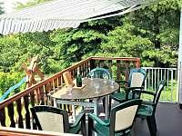 posezení na terase - pronájem chaty Valteřice