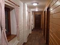 chodba k ložnicím, koupelně a WC
