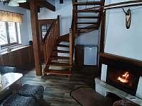 schody do patra chaty - pronájem Orličky