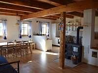 Apartmán č. 1 - obývací pokoj s kuchyňským koutem a zděnou pecí - chalupa k pronajmutí České Petrovice