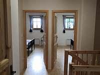 Pohled z chodby v patře do pokojů - chalupa k pronajmutí České Petrovice