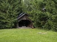 zahradní pergola s grilem - pronájem chalupy Orlické Záhoří