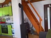 schody do ložnic v patře - pronájem chaty Heroltice u Štítů
