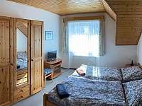 dvoulůžkový pokoj v 1. patře - chalupa k pronájmu Deštné v Orlických horách