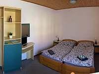 dvoulůžkový pokoj v přízemí - chalupa k pronájmu Deštné v Orlických horách