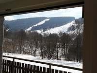 výhled z okna ze spol. místnosti, sjezdovky hned za hranicí pozemku
