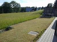 zahrada za domem/ louka