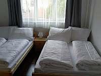 Třetí apartmán menší ložnice 140 cm postele
