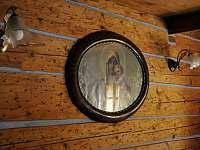 Chalupa ve Zvonkovém údolí, zrcadlo v modré světničce