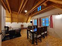 Obývací světnice - chalupa k pronajmutí Orlické Záhoří