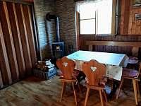 Společenská místnost - chata k pronájmu Pastviny