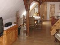 Kuchyně s jídelnou a obývací pokoj - pronájem chalupy Jamné nad Orlicí