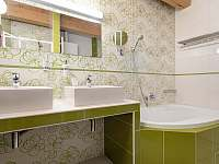 Koupelna v budově A (vana, WC, pisoár, sprch. kout, 2x umyvadlo) - Závada