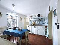 Celkový pohled na kuchyň - chalupa k pronajmutí Spálov