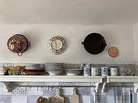 Kuchyň- police s nádobím - chalupa k pronájmu Spálov