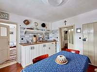 Kuchyně- pohled z rohové lavice - chalupa ubytování Spálov