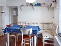 Kuchyně- rohová lavice - chalupa k pronajmutí Spálov
