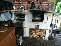 Krb s grilem a topeništěm pro udírnu v letní kuchyni - chata k pronajmutí Hlubočky