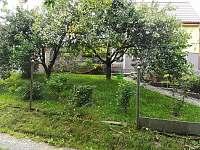 Pohled z parkoviště na chatu - Hlubočky
