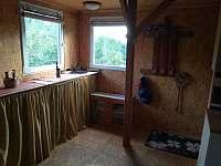 Společenská místnost s rozkládacím gaučem a kuchyňským koutem - pronájem chaty Hlubočky