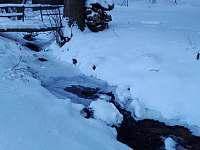 Potok v zimě - chalupa ubytování Písařov