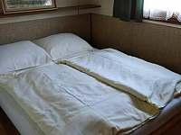 Ložnice s manželskou postelí - 2 lůžka - chata k pronájmu Podolí u Mohelnice