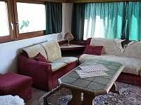 Obývací pokoj se společenským prostorem - pronájem chaty Podolí u Mohelnice