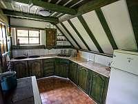 Chata Liduška - kuchyň , funkční kamna - k pronájmu Zlaté Hory