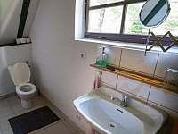 Chata Liduška - místnost se šatní skříní, wc, umyvadlem a bojlerem - pronájem Zlaté Hory