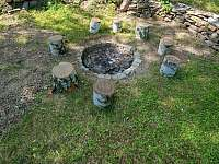 Chata Liduška - ohniště se nachází za chatku - Zlaté Hory