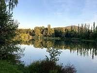 Chata Liduška - pohled na Selský rybník od chaty - k pronájmu Zlaté Hory