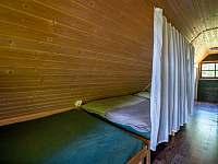 Chata Liduška - postele oddělené závěsy - Zlaté Hory