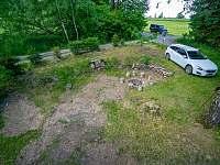 Chata Liduška - prostor s ohništěm , parkováním a místo pro trampolínu - Zlaté Hory