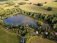 Chata Liduška - Selský rybník z ptačí perspektivy - ubytování Zlaté Hory
