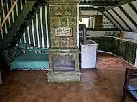 Chata Liduška - v přízemí obývací místnost , kuchyň a jídelní stůl, - Zlaté Hory