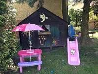 dětský koutek na zahradě - chalupa k pronajmutí Týn nad Bečvou