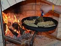 Příslušenství krbu - pánev na smažení (bramboráky) - pronájem rekreačního domu Kladky