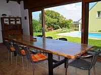 Stůl zahradní kuchyně s výhledem na bazén a pískoviště - rekreační dům ubytování Kladky