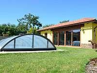 Zastřešený bazén / Uzavřená zahradní kuchyně - ideální za deště a větru - rekreační dům k pronájmu Kladky