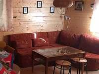 pohovka v obývacím pokoji - Hlubočky - Hrubá Voda