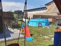 Pohled z pergoly na bazén - pronájem chalupy Hačky