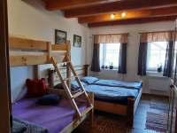 pokoj v přízemi s patrovou postelí - pronájem chalupy Hačky