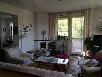 Obývací pokoj s dveřmi na verandu - rekreační dům k pronajmutí Týn nad Bečvou