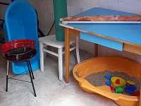 Gril, pískoviště, slunečník, stůl pro přípravu na grilovačky... - pronájem chaty Penčice