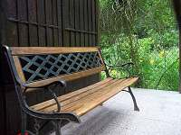 Lavička na zadní podestě, u vstupu do verandy - Penčice