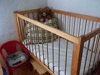 Pro mrňousky kojenecká postýlka a dětská židlička se stolečkem - chata k pronájmu Penčice