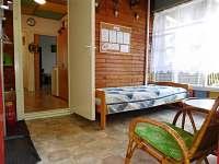 Prosklenná slunná veranda s lůžkem a posezením