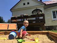 Venkovní dětské hřiště - apartmán k pronájmu Bílá