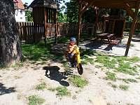 Dětské hřiště naproti domu - chalupa k pronajmutí Hradec nad Moravicí